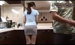 Istri Jepang Selingkuh Ngentot Dengan Teman Suami Di Dapur