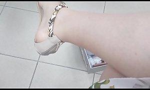 Mamma italiana in un negozio ti mostra i suoi piedi sudati mentre si prova sandali, infradito e scarpe con il tacco super sexy
