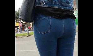 Se&ntilde_o en jeans esperando bus