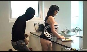 hermosa putita follada por ladron mientras su marido esta en casa
