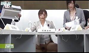 Satou Haruki y Hibiki Otsuki moderan la tertulia econó_mica